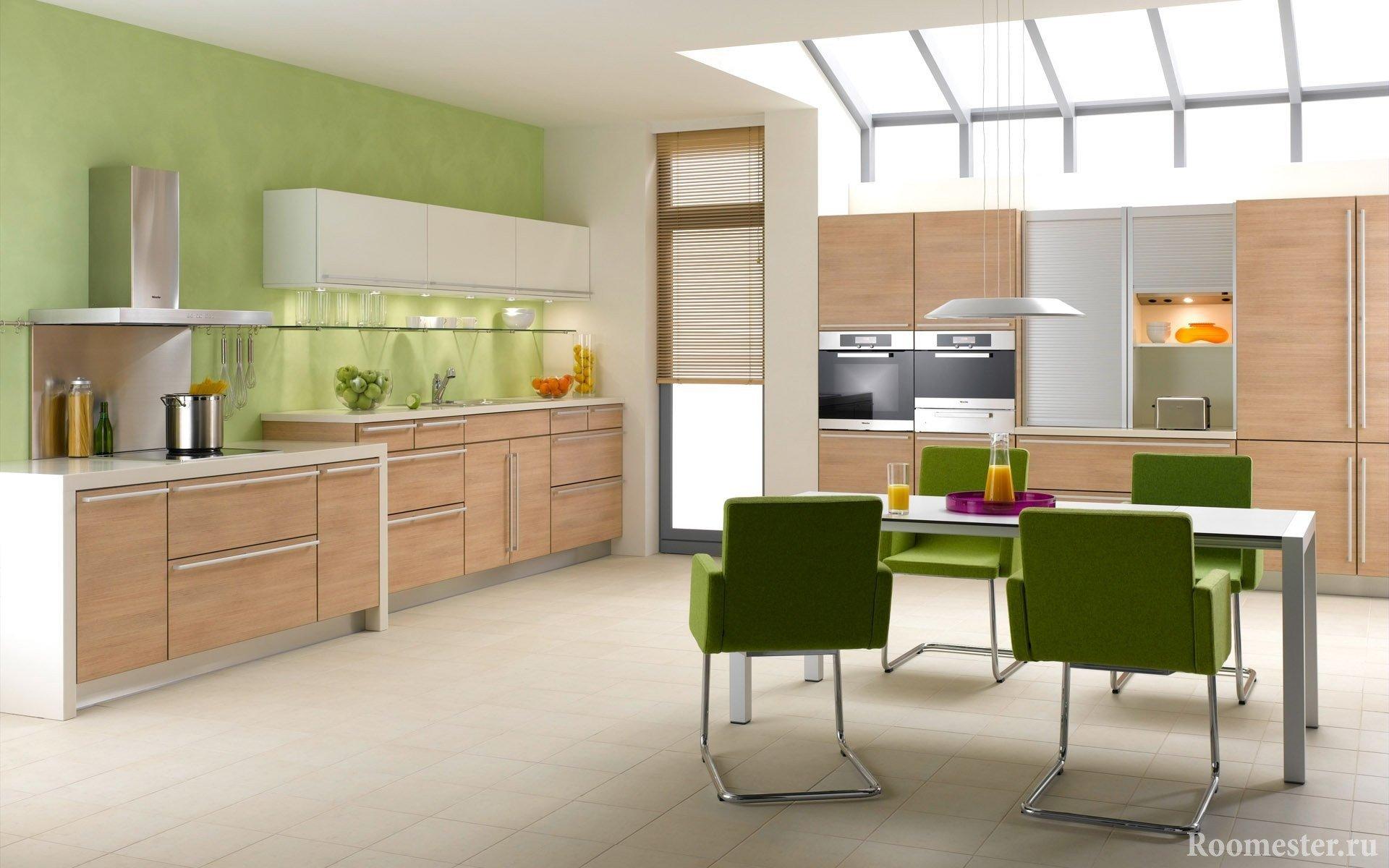 Деревянная кухня на зеленом фоне