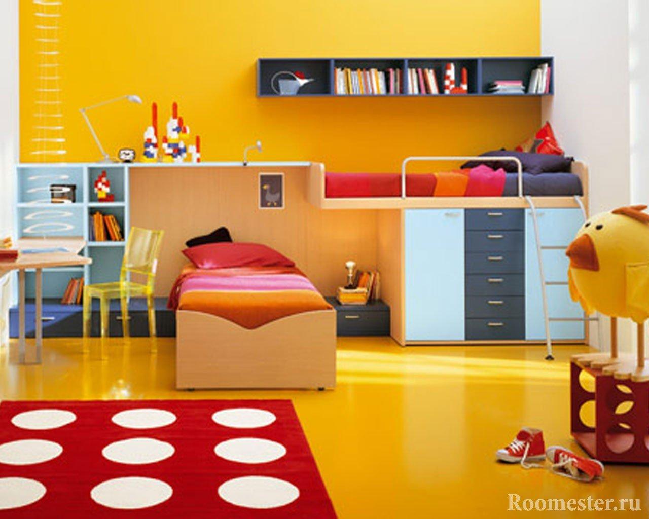 Яркая желтая детская с красными элементами декора