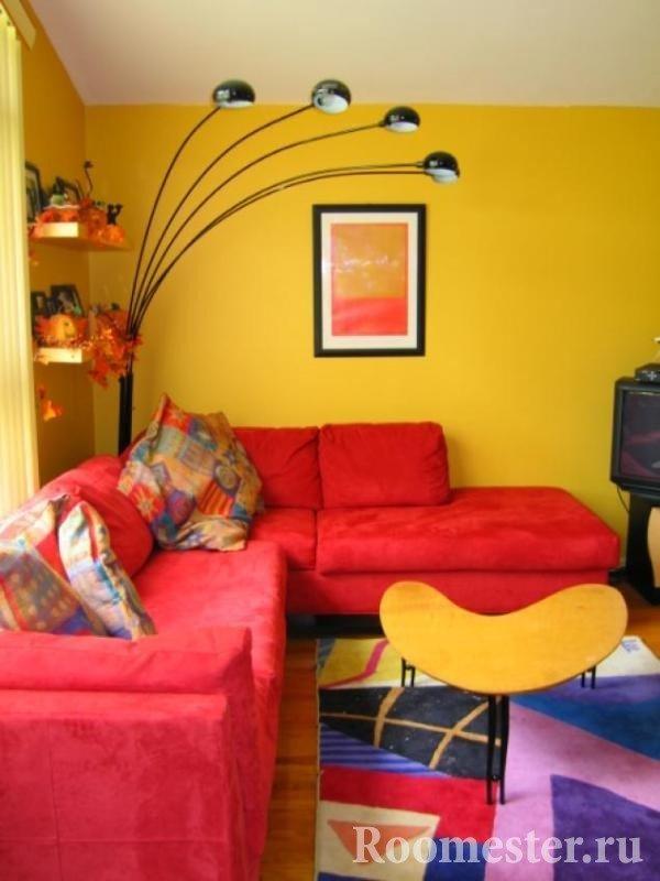 Красный диван в желтой гостиной