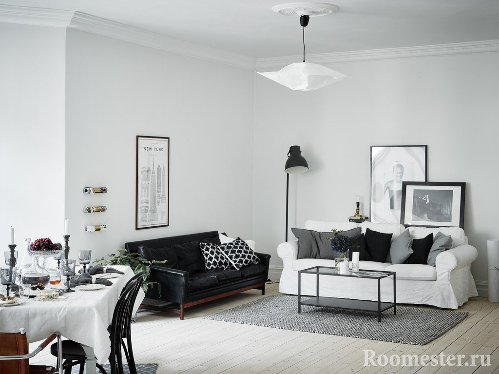 Гостиная белого цвета с черным диваном