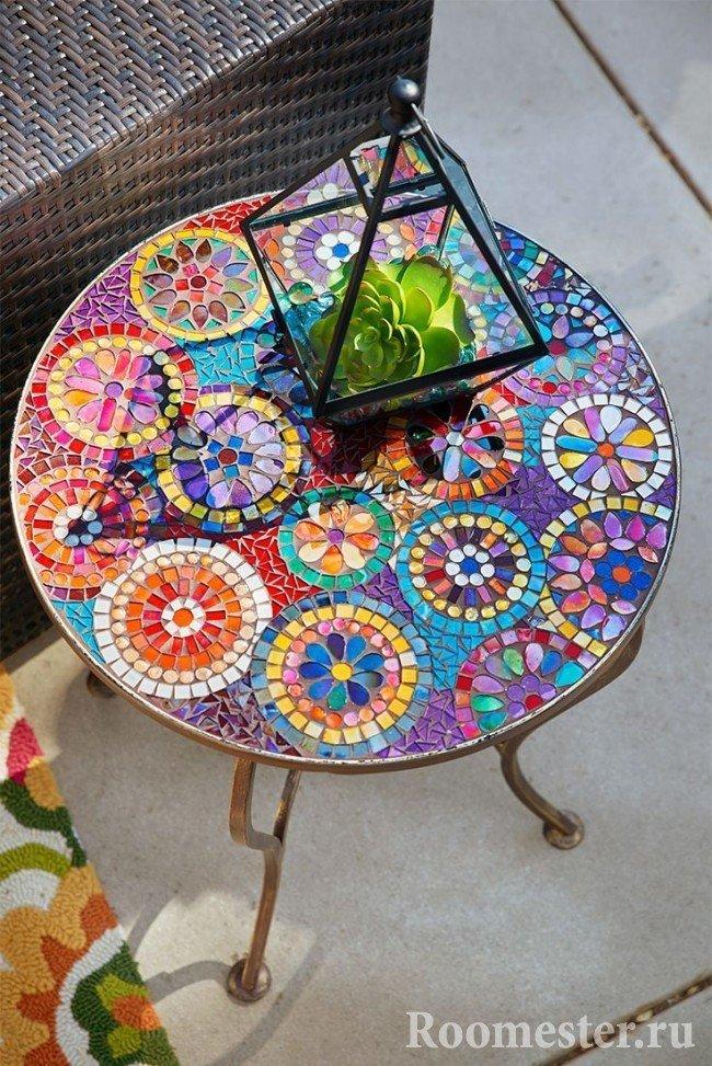 Декор стола цветными стеклышками