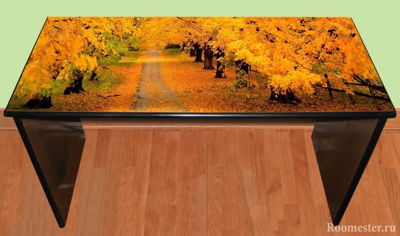 Залакированный стол с картиной