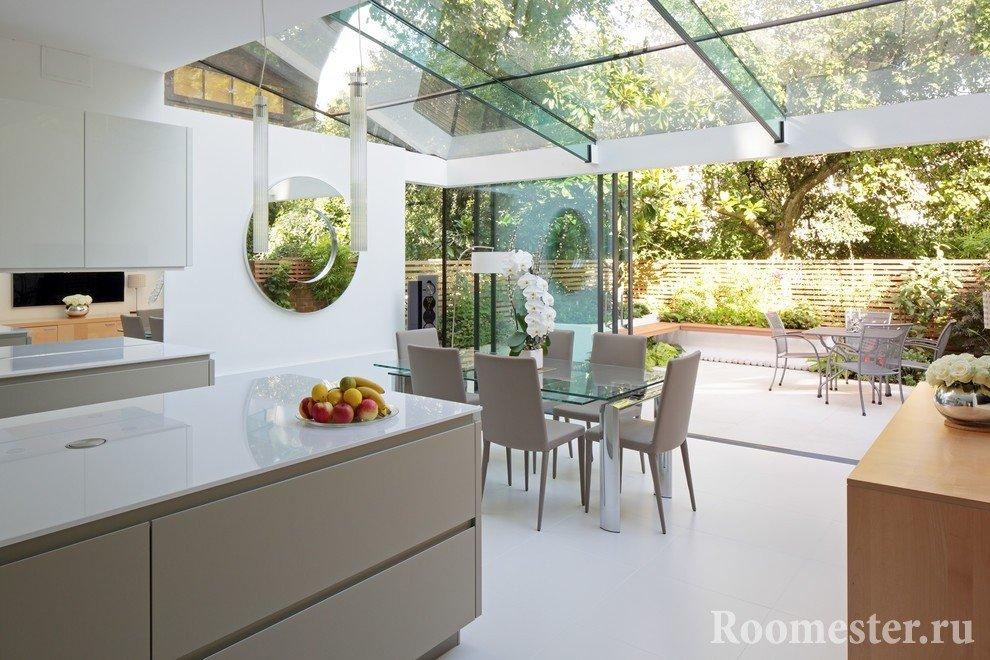 Кухня с прозрачным потолком в загородном доме