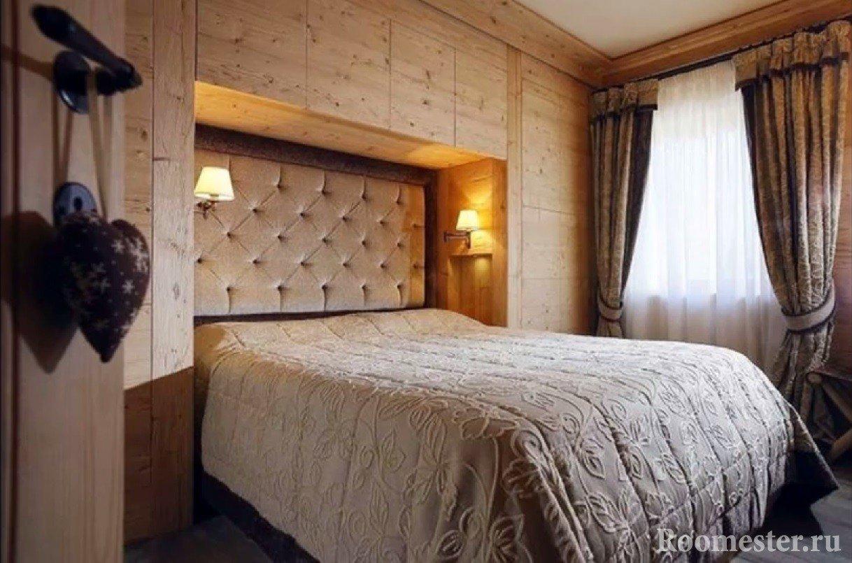 Спальня в нише из деревянных шкафов