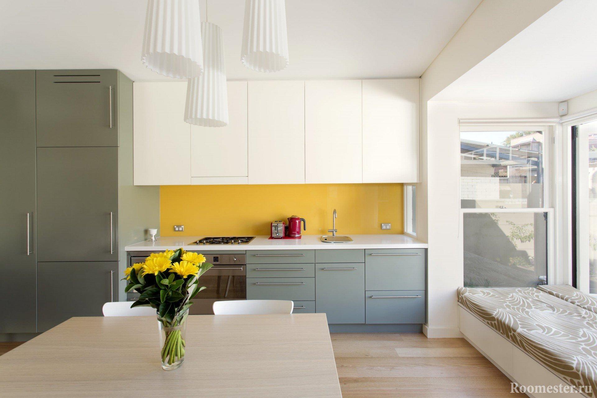 Желтый фартук в бело-серой кухне