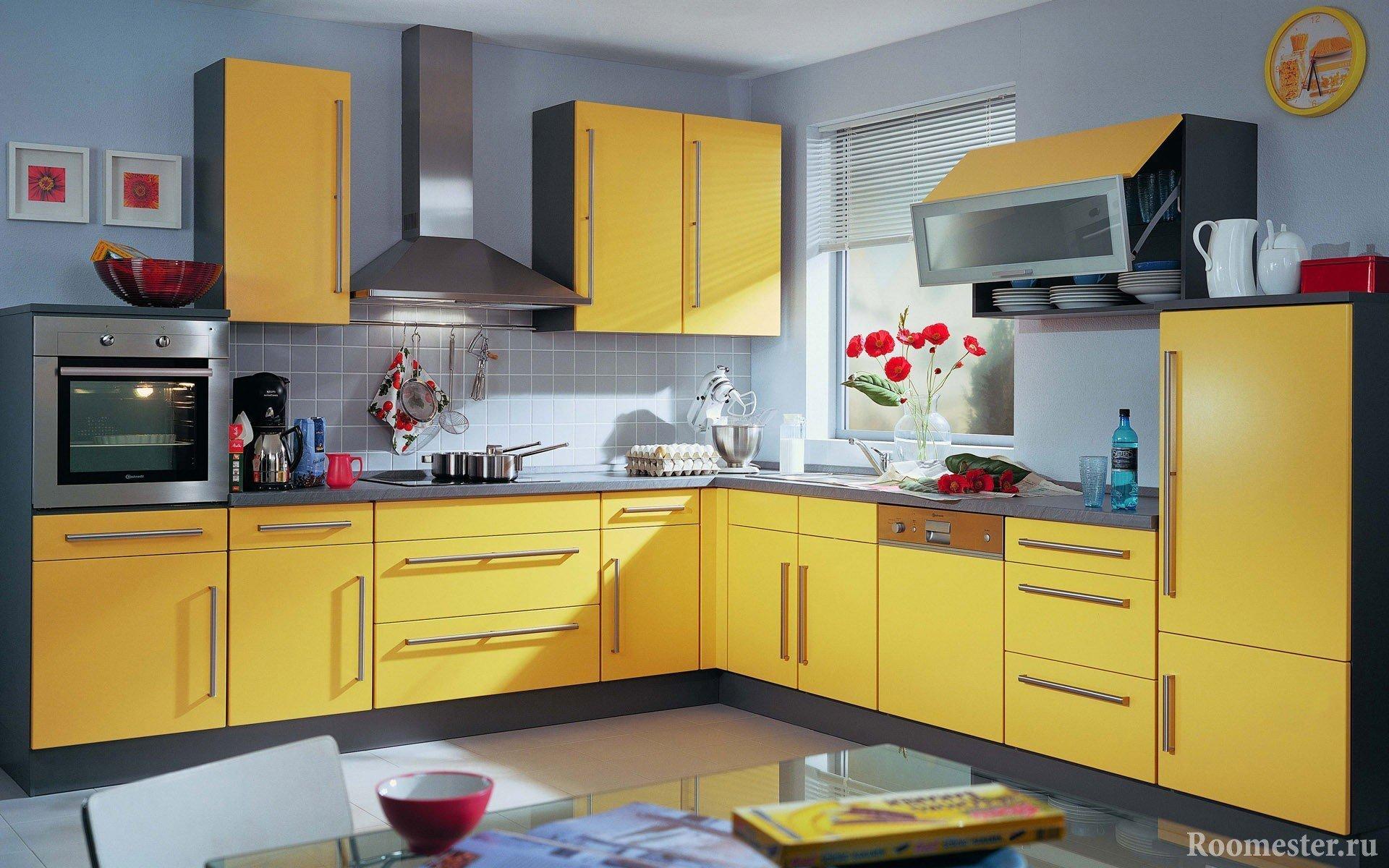 Стены в пастельных тонах, кухня желтая