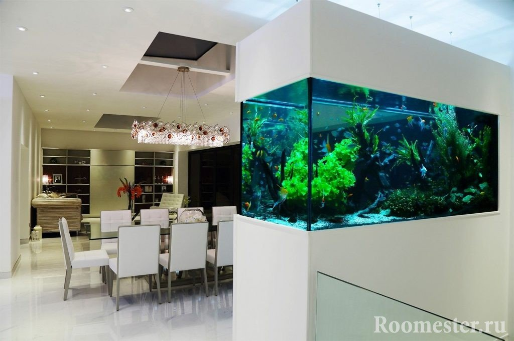 Интерьер столовой с аквариумом