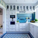 Синяя плитка в белой кухне