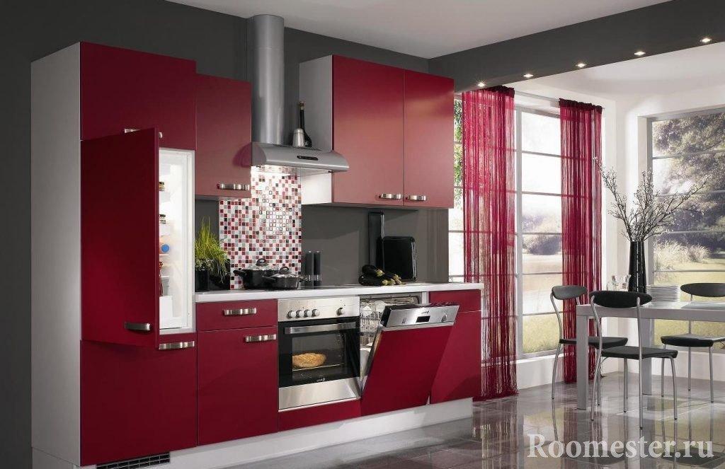 Кухонный гарнитур с бордовыми фасадами