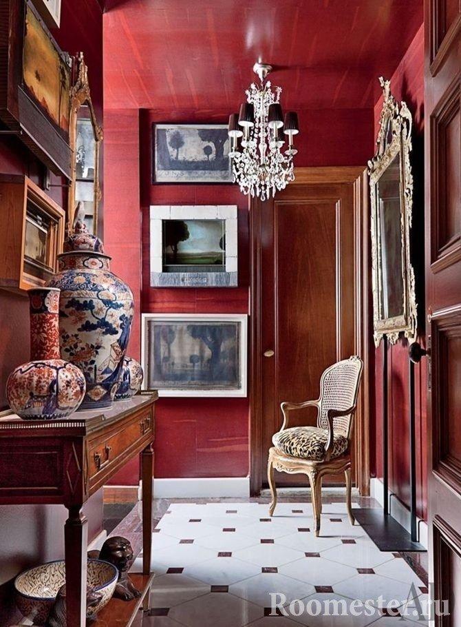 Стены и потолок окрашенные в цвет бордо