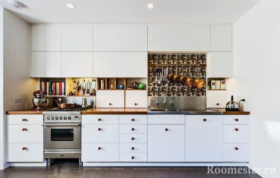 Кухня в белом цвете с ярким фартуком