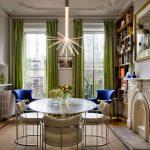 Гостиная с камином и зелеными шторами