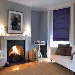 Гостиная с фиолетовыми рулонными шторами