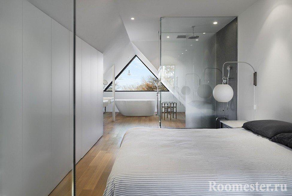 Ванная и душевая за стеклом на мансарде