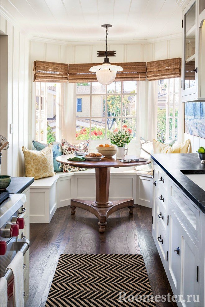Узкая кухня с эркером