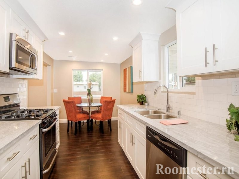 Кухня с ламинатом на полу