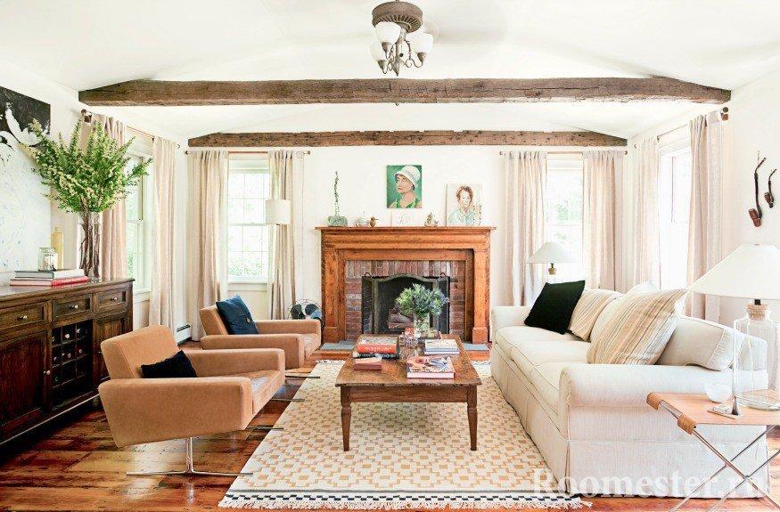 Гостиная с балками на потолке и камином