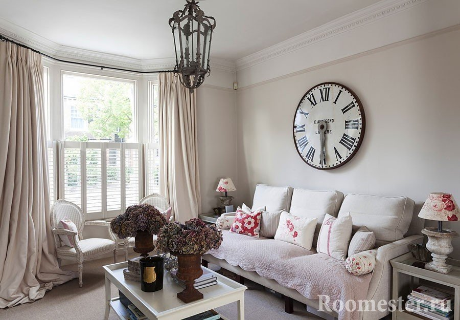 Большие часы на стене в гостиной