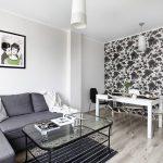 Пример комбинации обоев в интерьере гостиной