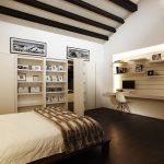 Спальня с деревянными балками на потолке
