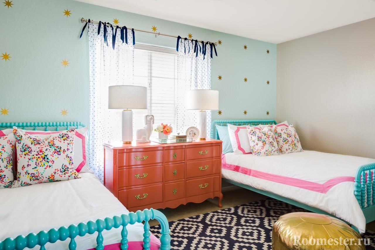 Две кровати по разные стороны