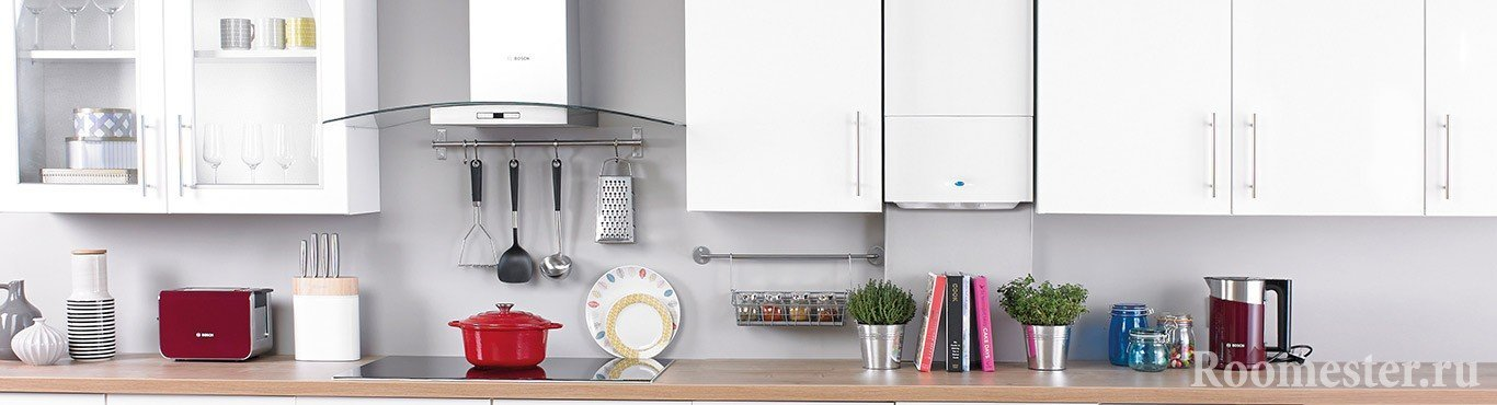 Белая кухня с котлом на стене