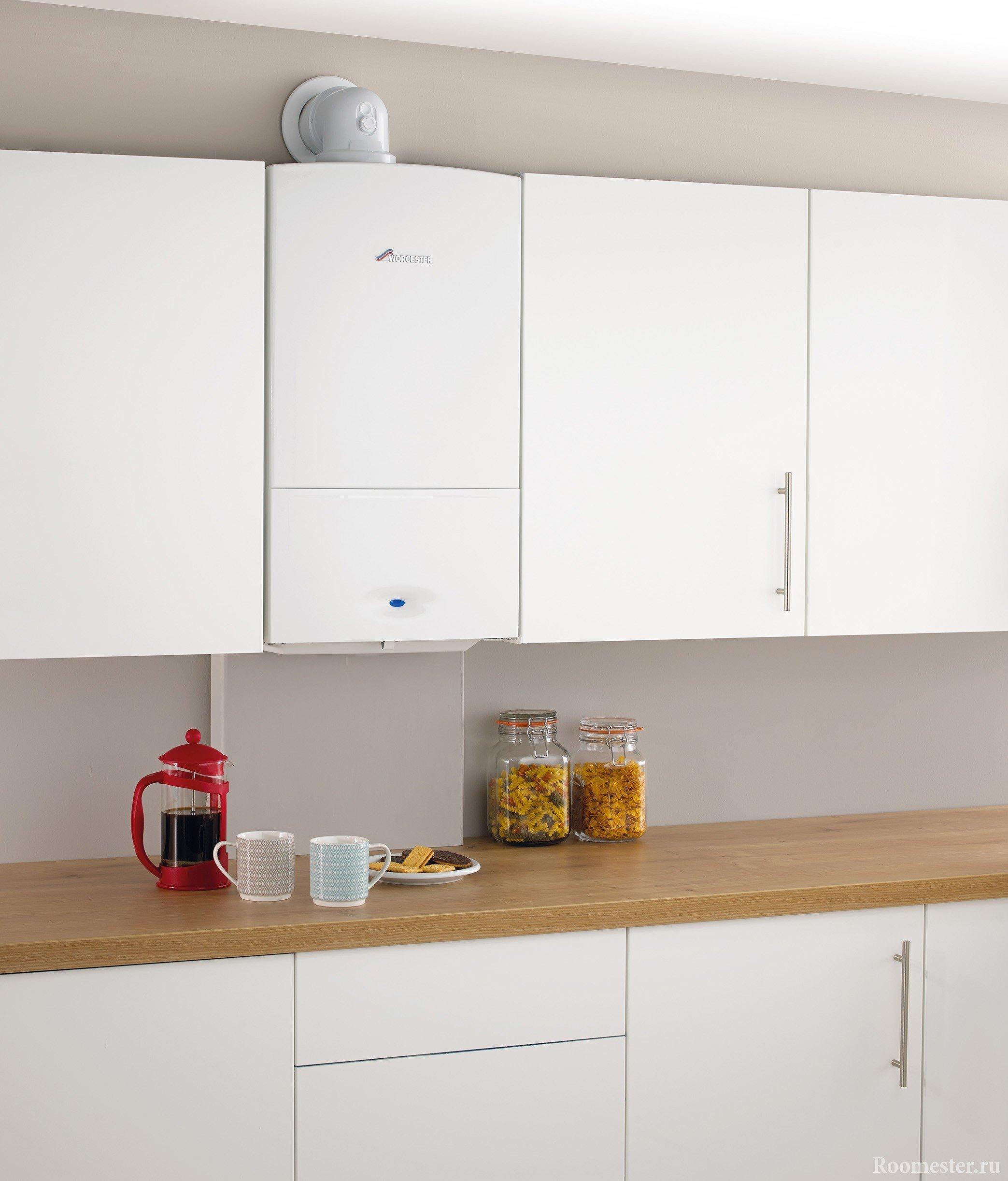 Белая газовая колонка с белой мебелью