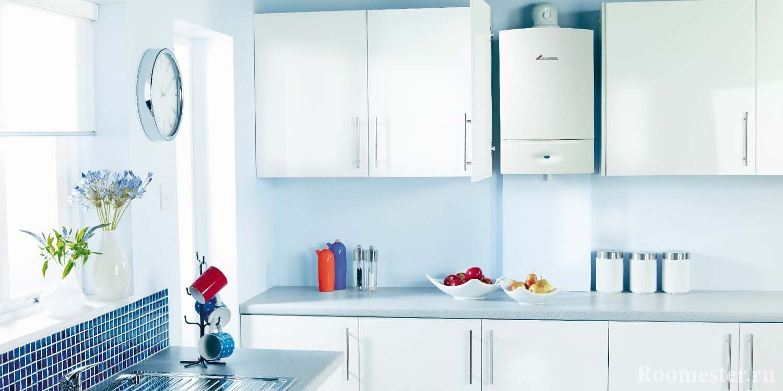Газовая колонка за дверцей кухонного гарнитура