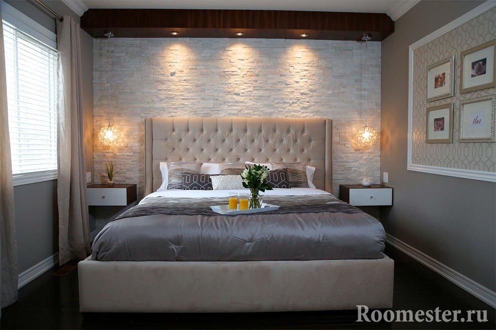 Стена из искусственного камня в спальне