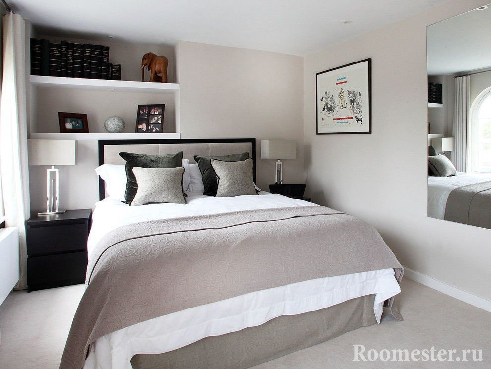 Спальня с полочками в нише