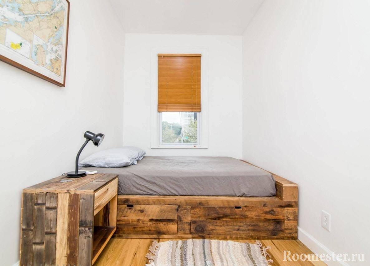 Кровать и прикроватная тумба из натурального дерева