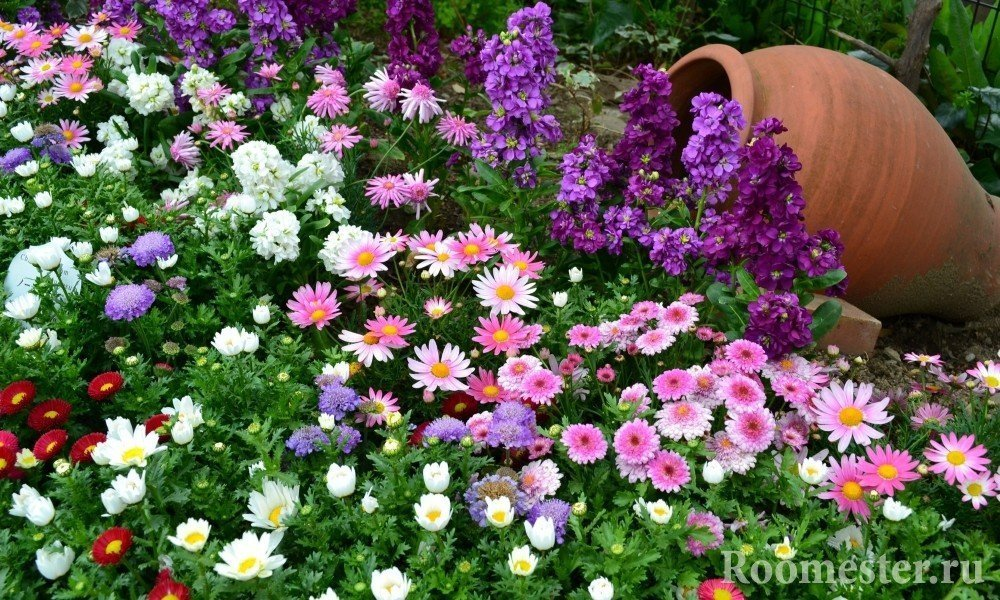 Украшение цветника глиняным горшком