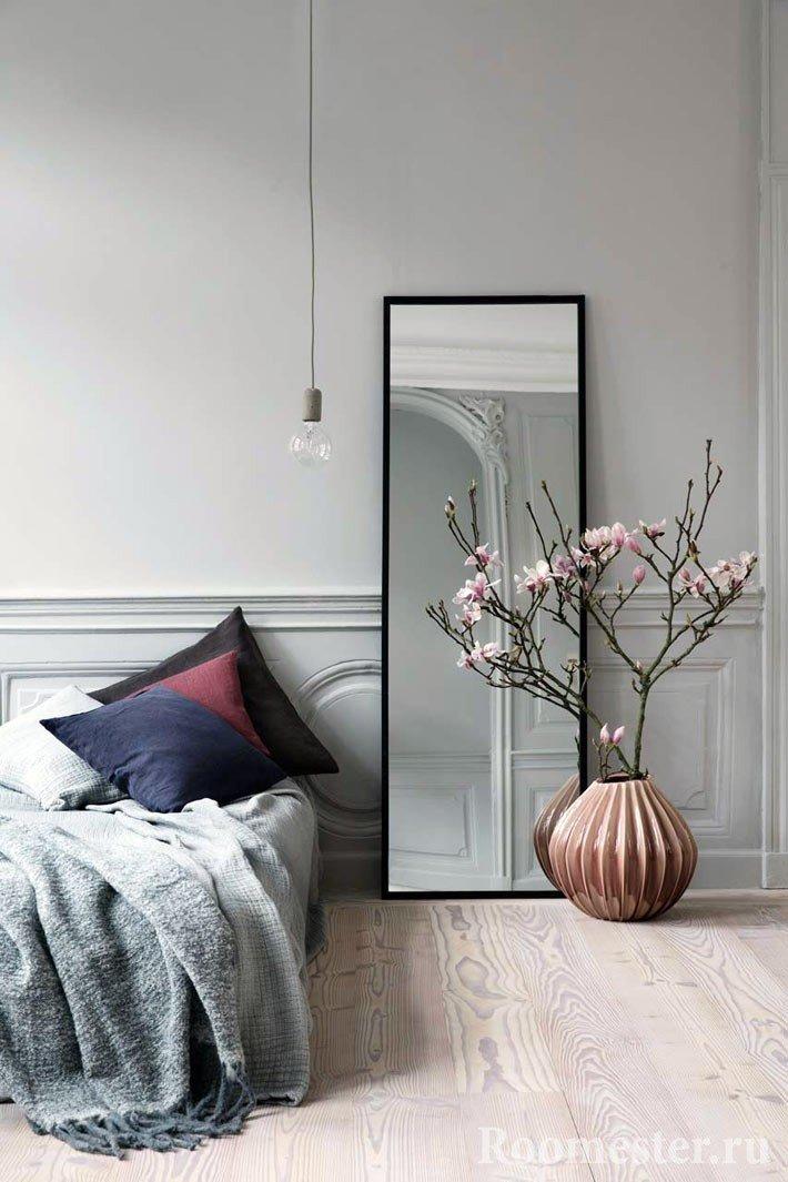 Низкая ваза в интерьере спальни