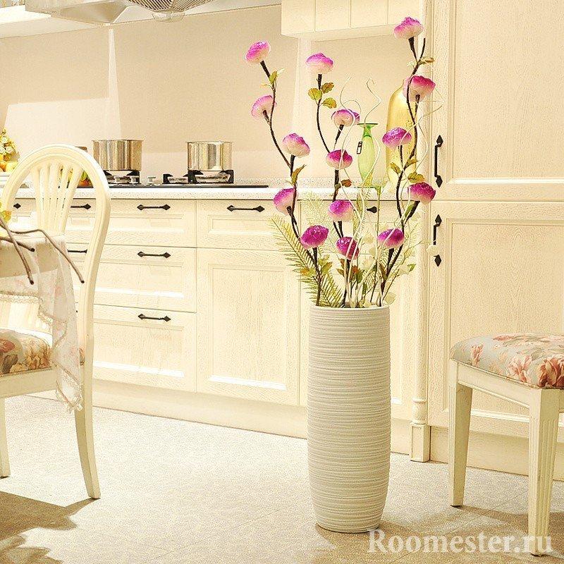 Ваза с цветами в кухне