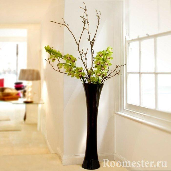 Высокие напольные вазы в интерьере фото