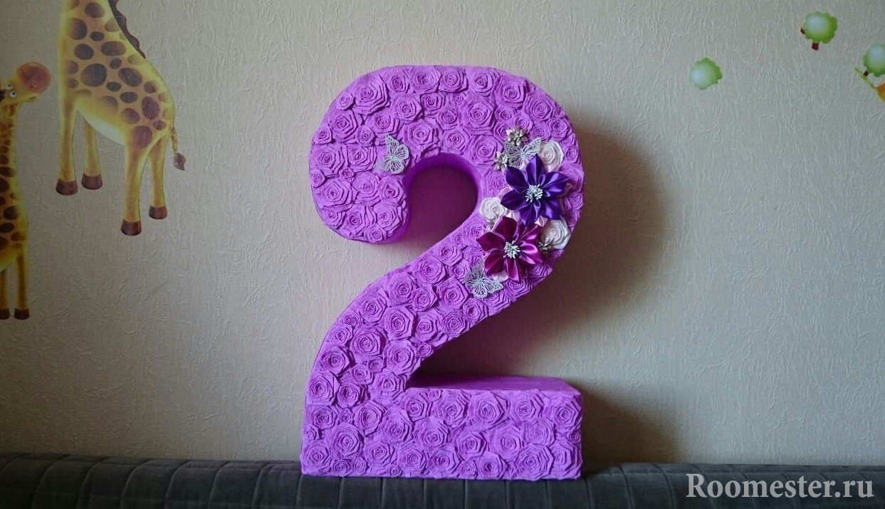 Декорирование цифры бумажными цветами