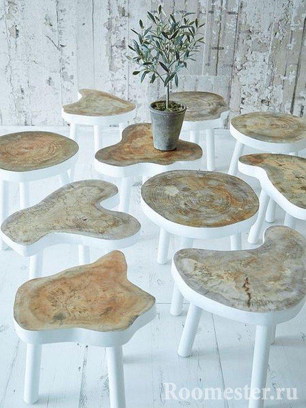 Журнальные столики из спилов дерева с окрашенной каймой и ножками