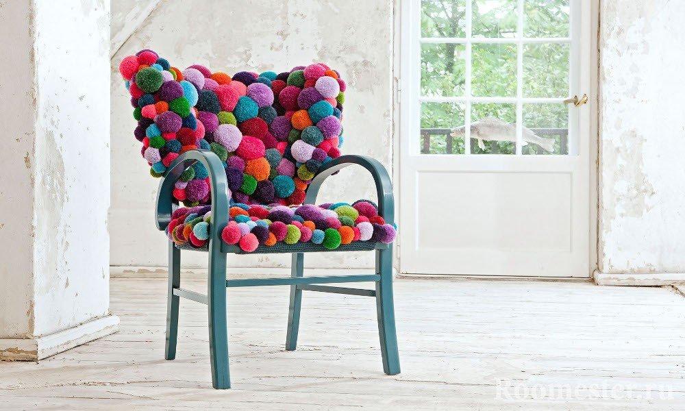 Декор стула помпонами