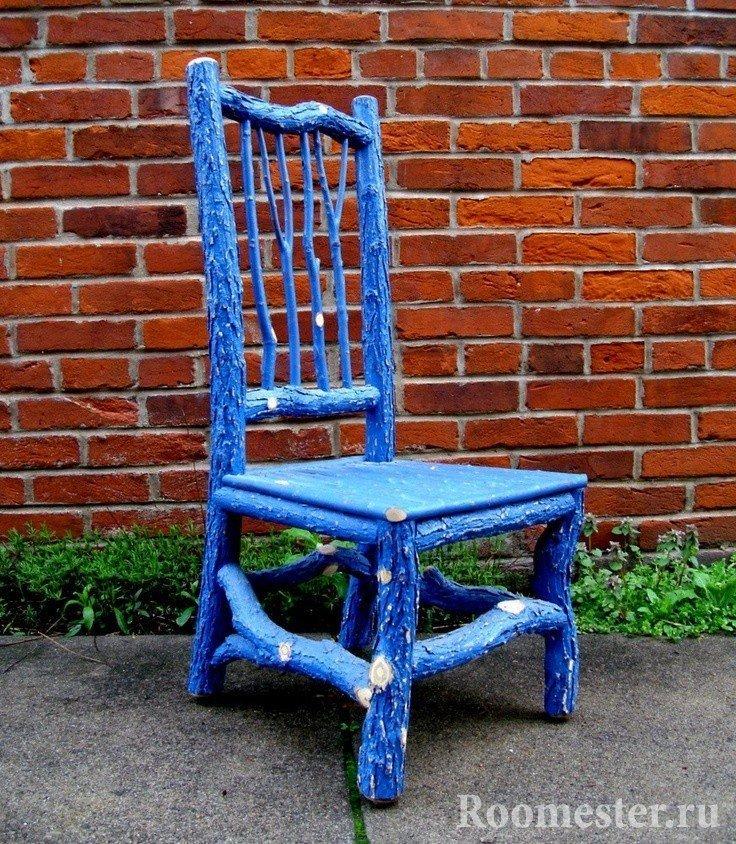 Декорирование старого стула с помощью веток
