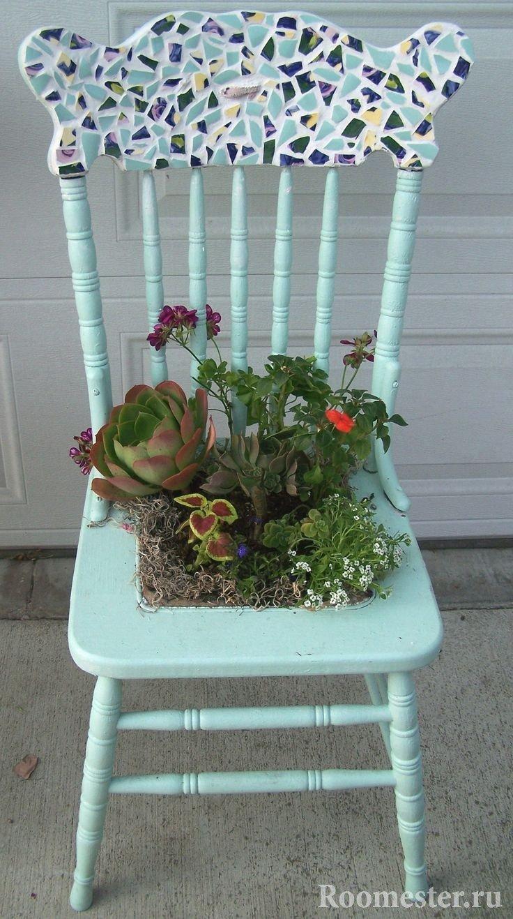 Композиция из цветов в сидушке стула