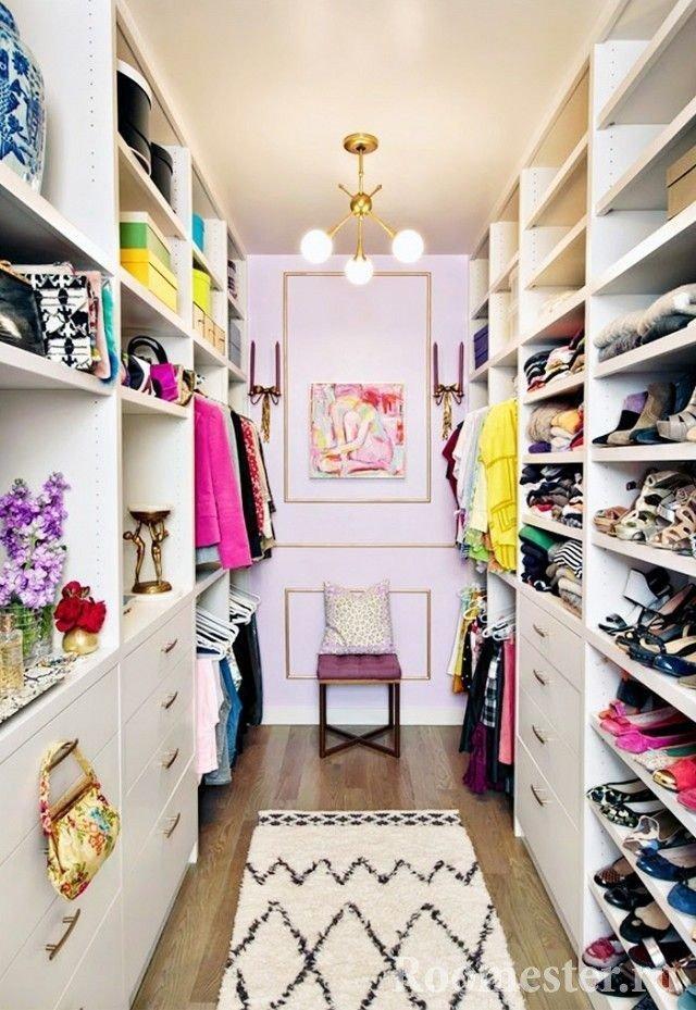 Длинная гардеробная комната