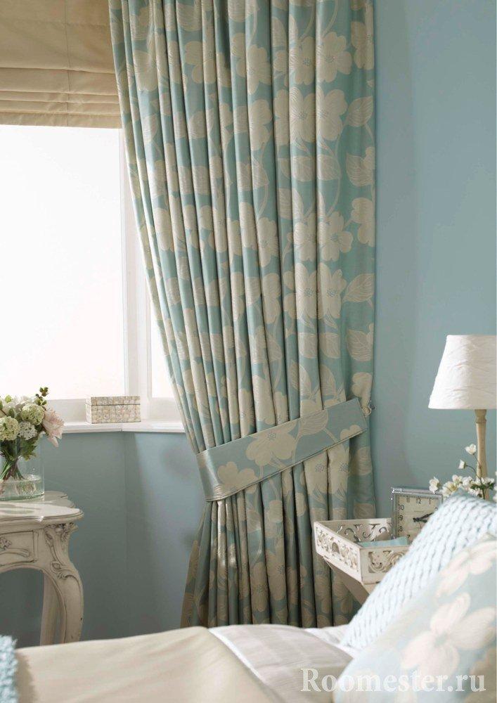 Собранные шторы в спальне