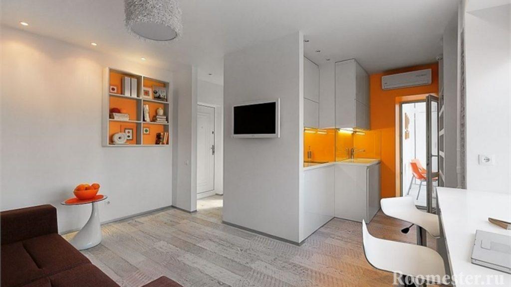 Квартира студия с балконом в бело-оранжевом цвете