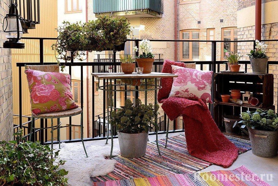 Оформление балкона цветочными горшками
