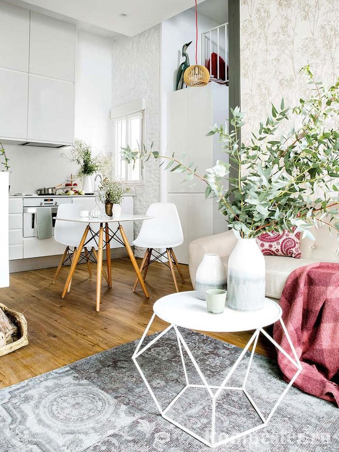 Кухня-гостиная украшенная цветами