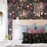 Роскошные черные обои с яркими цветами