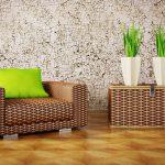 Комнатные растения на фоне стены с декором потрескавшейся штукатурки
