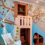 Детская с гамаком и деревом на стене