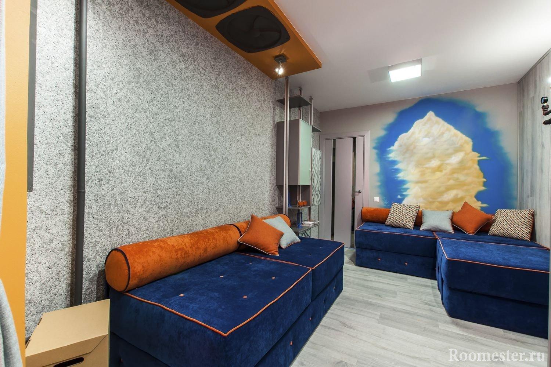 Синий диван в сочетании с серым интерьером