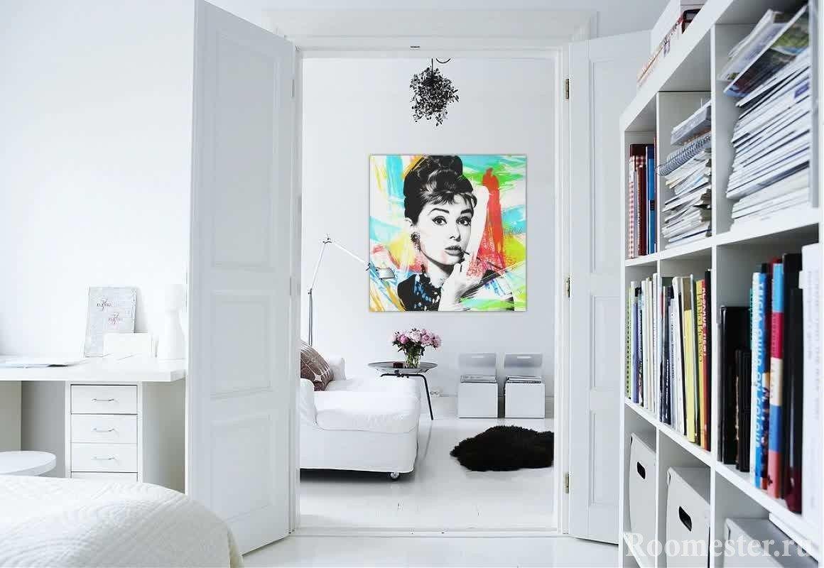 Яркая картина на стене возле дивана